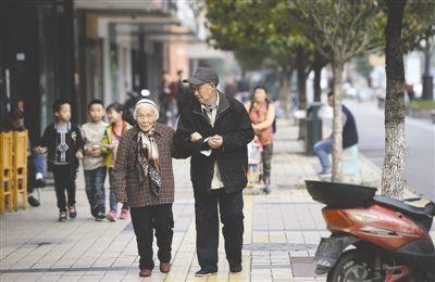 10月的一天,一家人正在吃饭,96岁的廖昆仁有些流鼻涕,97岁的老图片