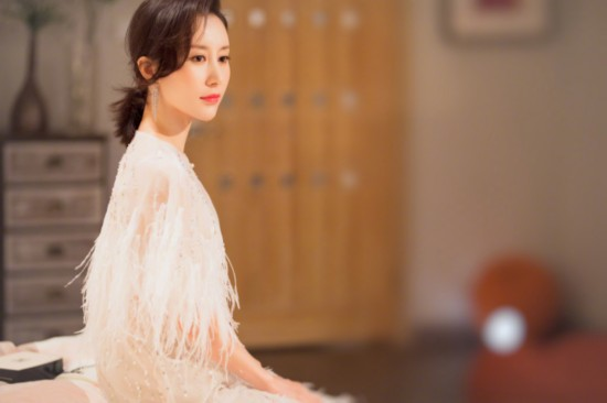 《我的早更女友》杀青!舒畅白色羽毛裙优雅迷