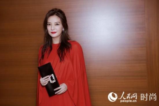 赵薇现身东京电影节 身着红裙气场十足