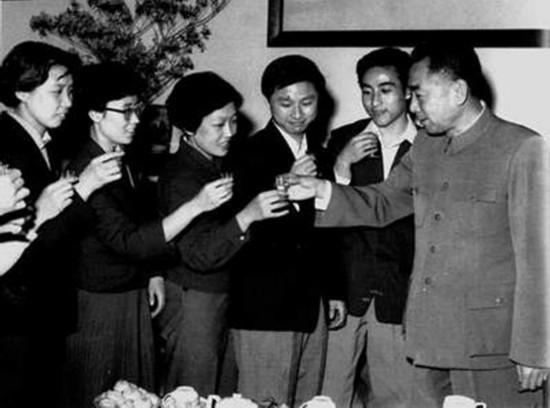 1962年4月,周恩来出席我国参加第26届世界乒乓球锦标赛组委会举行的联欢会,祝贺运动员取得好成绩。右二为庄则栋、右三为徐寅生、右五为丘钟惠。