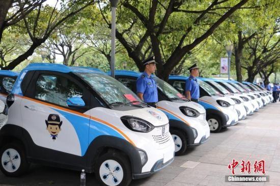 资料图:柳州市城管部门启用50辆新能源汽车作为执法车。林馨 摄