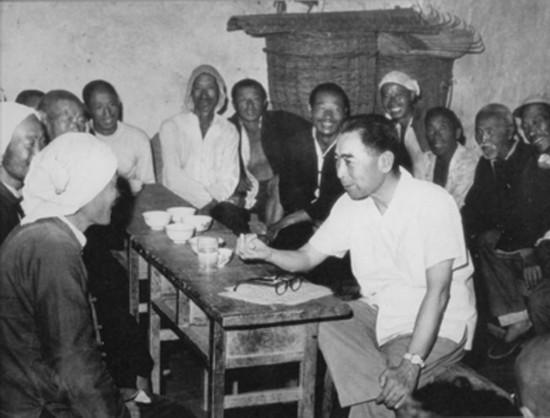 1961年4、5月间,周恩来在河北磁县农村召开座谈会。