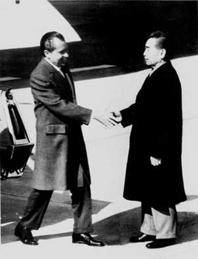 周恩来在机场迎接美国总统尼克松。