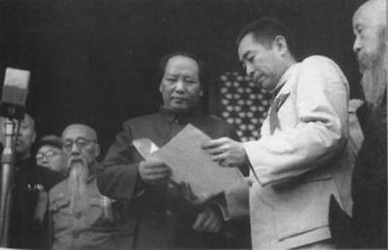 1949年10月1日,周恩来和毛泽东在天安门城楼上。