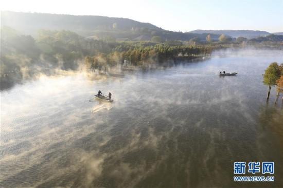 江苏盱眙:云雾缭绕天泉湖