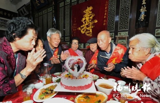 福州长乐玉田村为金婚老人办庆典 30对老年夫妻集体秀恩爱