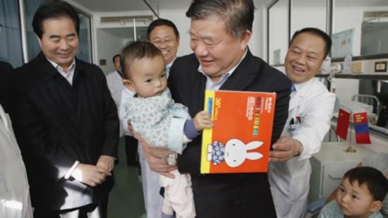 中国红十字会会长陈竺看望在京的蒙古国先心病患儿
