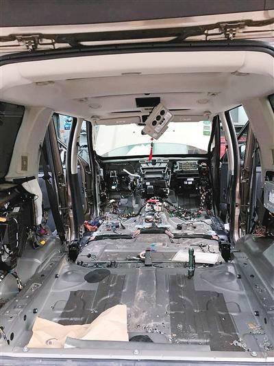 为抓老鼠,路虎车里面被拆光。