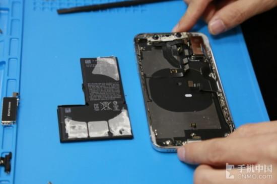 iPhone X採用雙電芯(串聯)   今年iPhone 8 Plus出現了幾起電池爆裂的事故,有媒體稱爆裂的電池來自三星SDI。但是我們在拆解電池后發現,iPhone X的電池並不是三星SDI生產的,而是來自中國廠商欣旺達。