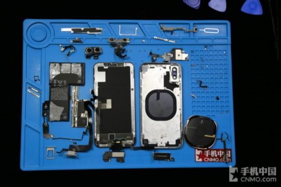 iPhone X拆機全家福   總結   iPhone X在結構上最特殊的就是採用了雙電芯以及雙層主板的設計,這一設計也幫助蘋果在如此緊湊的內部空間中容納了一顆大電池。另外雖然iPhone X是蘋果第一款擁有原深感攝像頭的手機,不過這顆特殊的攝像頭並沒有佔據較大的機身空間。或許在未來這顆特殊的原深感攝像頭也會越來越小,這樣我們也會看到更完美的,屏佔比更高的iPhone。