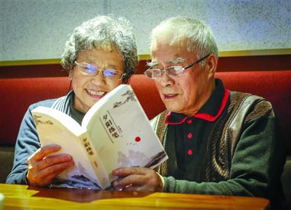 """老年人新時尚:""""給晚輩們留一本書"""""""