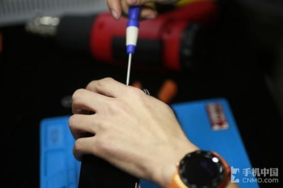 拧下iPhone X的机身螺丝