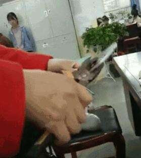 女孩上课玩手机找家长 家长怒将手机夹碎