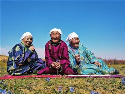 呼伦贝尔草原上的老人们