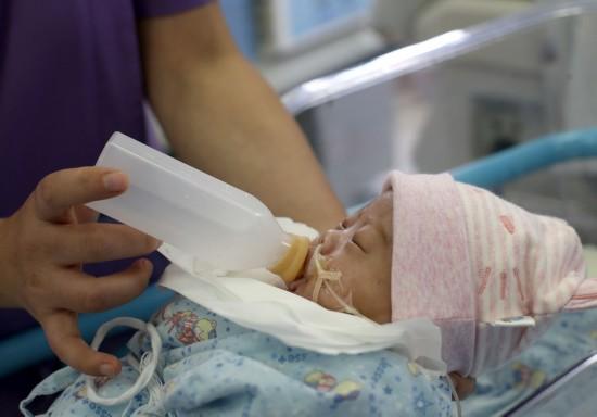 11月7日,在复旦大学附属儿科医院新生儿重症监护中心,医护人员用捐赠的母乳喂养早产儿。 新华社记者 刘颖 摄
