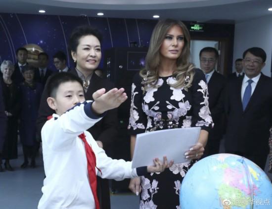彭丽媛和梅拉尼娅参观板厂小学