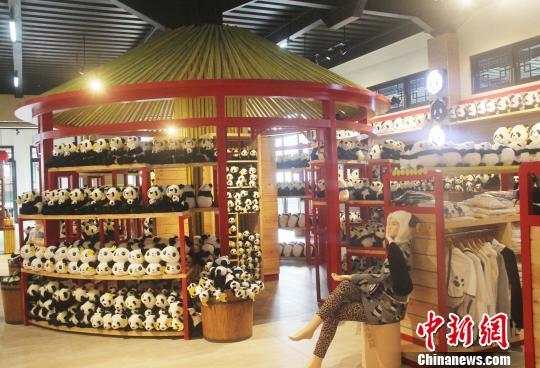 图为仿北京天坛造型设计的纪念品展示台。 林永传 摄