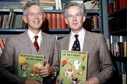 图2 孪生兄弟诺里斯・麦克沃特和罗斯・麦克沃特。