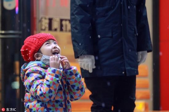 哈尔滨降下今冬初雪 市民惊喜举手机拍照