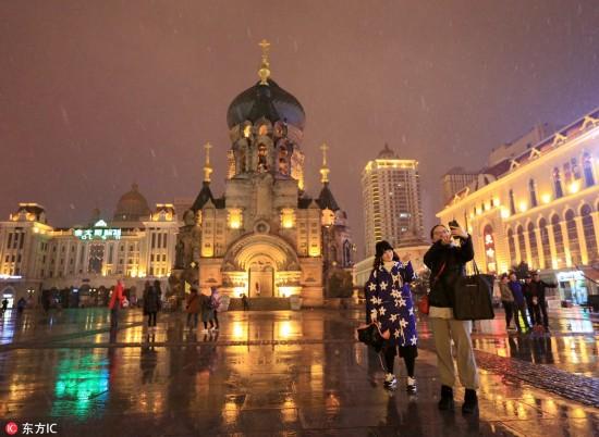 哈尔滨降下今冬初雪 市民惊喜举手机拍照 【3】
