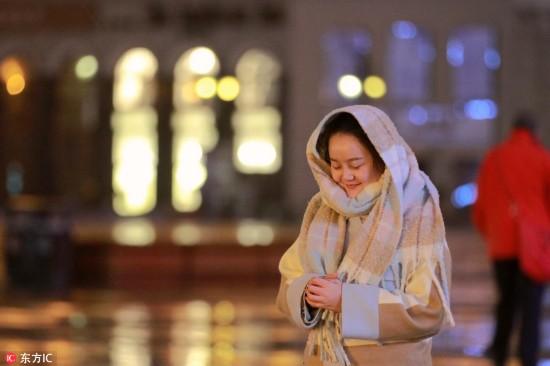 哈尔滨降下今冬初雪 市民惊喜举手机拍照 【5】