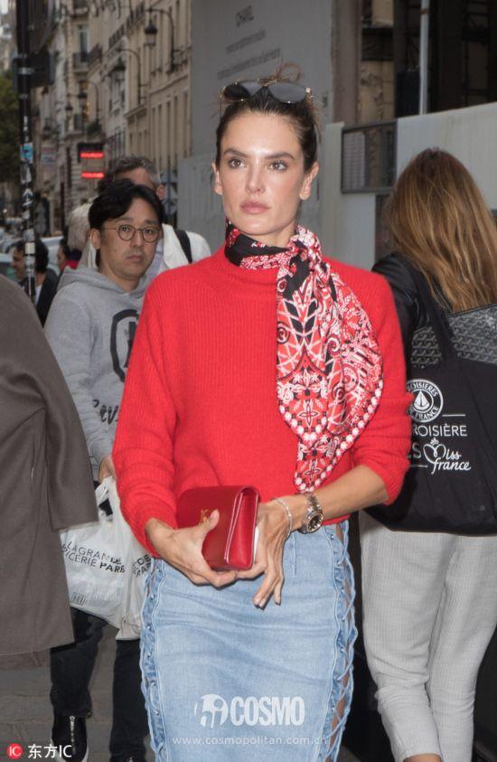 亚历山大-安布罗休身着Soyer红色毛衣
