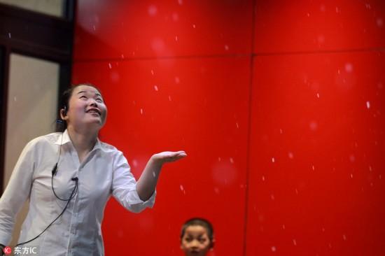 哈尔滨降下今冬初雪 市民惊喜举手机拍照 【4】