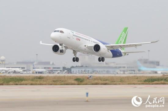 起飞!C919开启首次远距离飞行 从上海浦东转场西安阎良