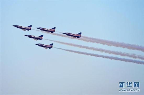 (国际)(1)中国空军八一飞行表演队亮相迪拜航展