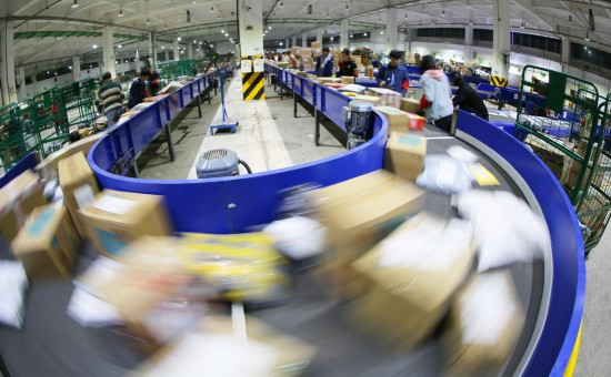 11月12日凌晨,中国邮政集团公司湖南省分公司衡阳邮区中心局分拣中心的工作人员在紧张作业。新华社发(曹正平 摄)