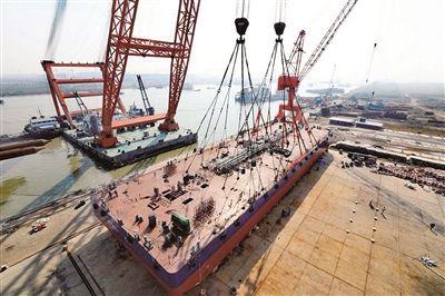 南通海门:江苏海新重工5000吨驳船下水