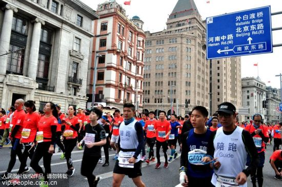 2017上海国际马拉松赛开跑。严大明/人民图片
