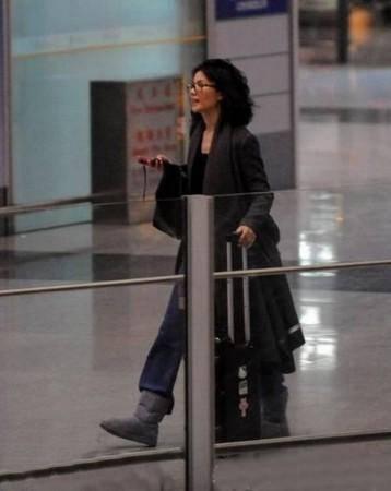 王菲乱发机场走失 焦急喊谢霆锋慌张找人