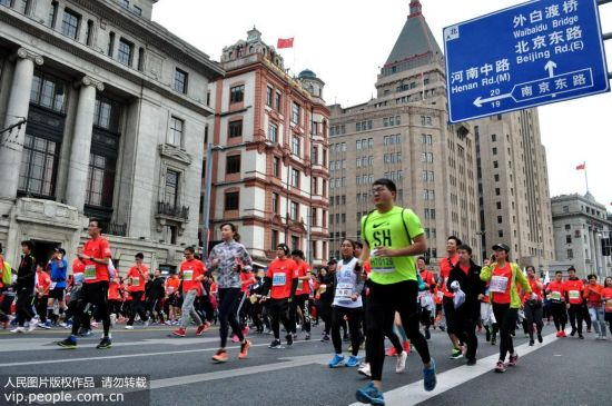 2017上海国际马拉松赛在上海外滩金牛广场开跑,来自全球的38000名选手参赛。严大明/人民图片