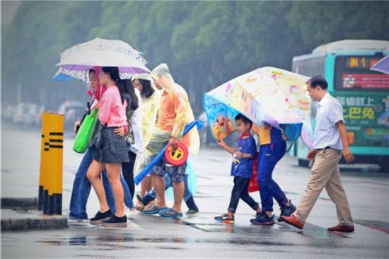 """深圳受台风""""海葵""""影响 降温降雨"""