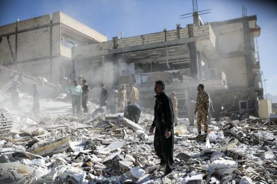 11月13日,在伊朗萨尔波勒扎哈卜,救援人员搜寻幸存者。