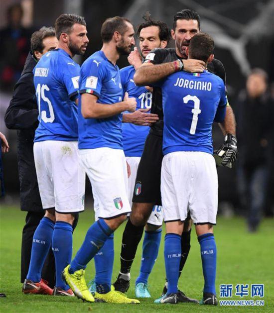 11月13日,意大利队球员在比赛后。当日,在意大利米兰举行的2018俄罗斯世界杯欧洲区预选赛附加赛第二回合比赛中,意大利队主场以0比0战平瑞典队,从而以0比1的总比分出局,无缘俄罗斯世界杯决赛圈。新华社发(阿尔贝托・林格里亚摄)