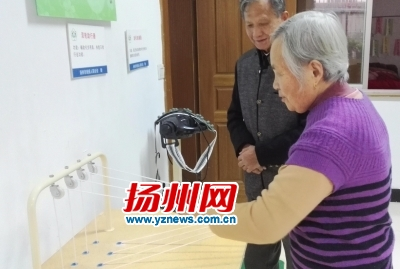 扬州老汉搀脑梗老伴锻炼 坚持半年能独自走路