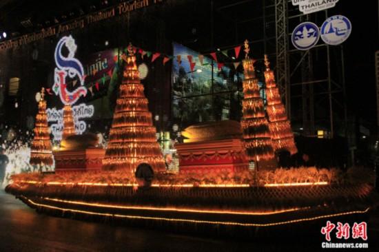 """11月15日晚,""""神奇泰国""""花车巡游活动在曼谷市中心举行,正式开启泰国2018旅游年。此次花车巡游包括六大主题,整个巡游全程3.5公里,历时3小时。巡游现场除了各色花车,还有极具当地特色的歌舞表演,令观众领略泰国丰富的旅游资源和风土人情。 王国安 摄"""