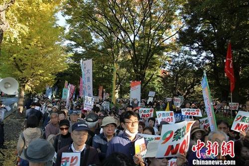 """11月3日是日本""""和平宪法""""公布71周年纪念日,在位于东京永田町的国会前,4万日本民众走上街头,高喊""""反对'修宪'""""""""守护'第九条'""""等口号,进行游行。<a target='_blank'  data-cke-saved-href='http://www.chinanews.com/' href='http://www.chinanews.com/'><p  align="""