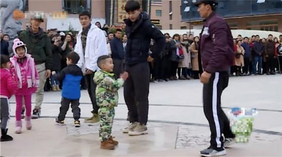 《爸爸去哪儿5》刘�u宏街舞动作吸引陈小春父子