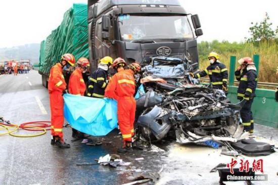 泉南高速车辆连环追尾 18车遭损毁已致4死9伤