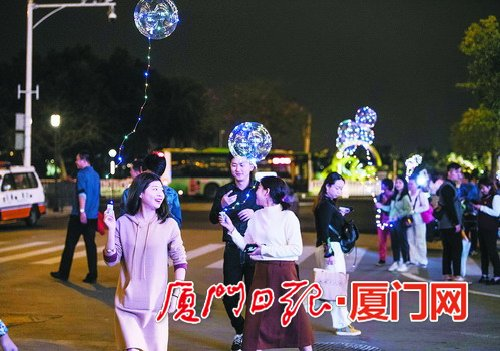 一闪一闪亮晶晶满街都是波波球 其实就是普通气球加彩灯