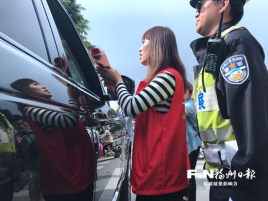 福州:斑马线前礼让行人 司机收到鲜花