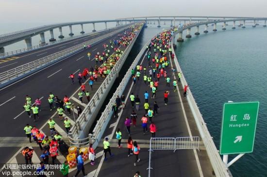 2017青岛海上国际马拉松鸣枪开跑图片