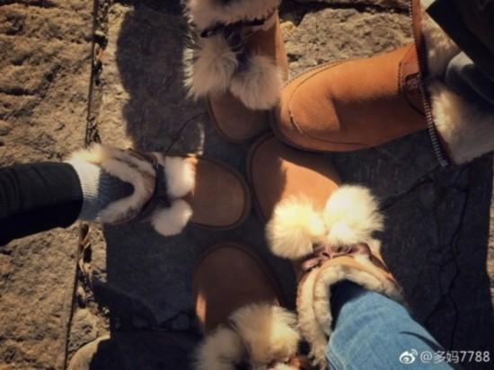 黄磊孙莉带娃爬长城 全家穿同款雪地靴秀恩爱