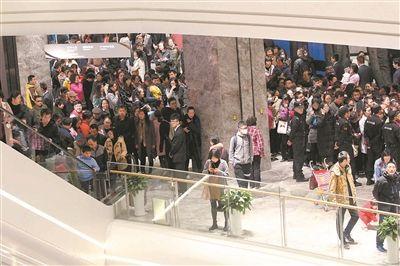 亚洲最大商场南京金鹰世界开业 现场客流如潮