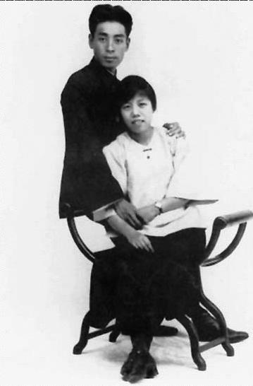 1925年8月8日,周恩来和邓颖超在广州结婚。这是他们结婚期间的留影