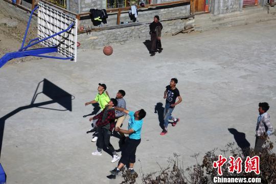 西藏林芝震后居民:微笑面对 喜庆新年