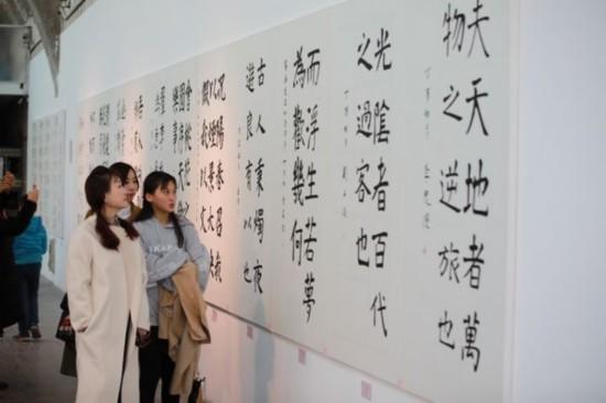 华熙国际投资集团有限公司董事长赵燕女士(左一)在展览现场